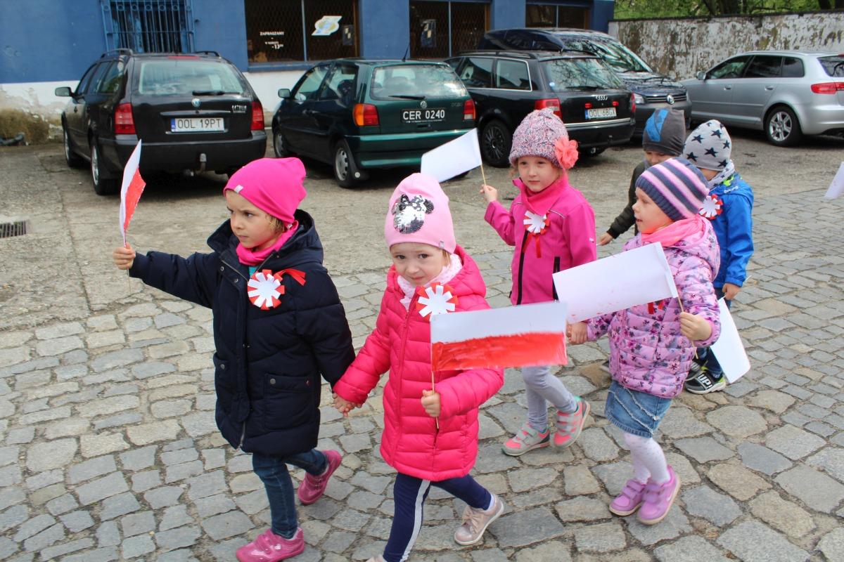 Korowód patriotyczny - przejście przez Rynek w Oleśnie z flagami
