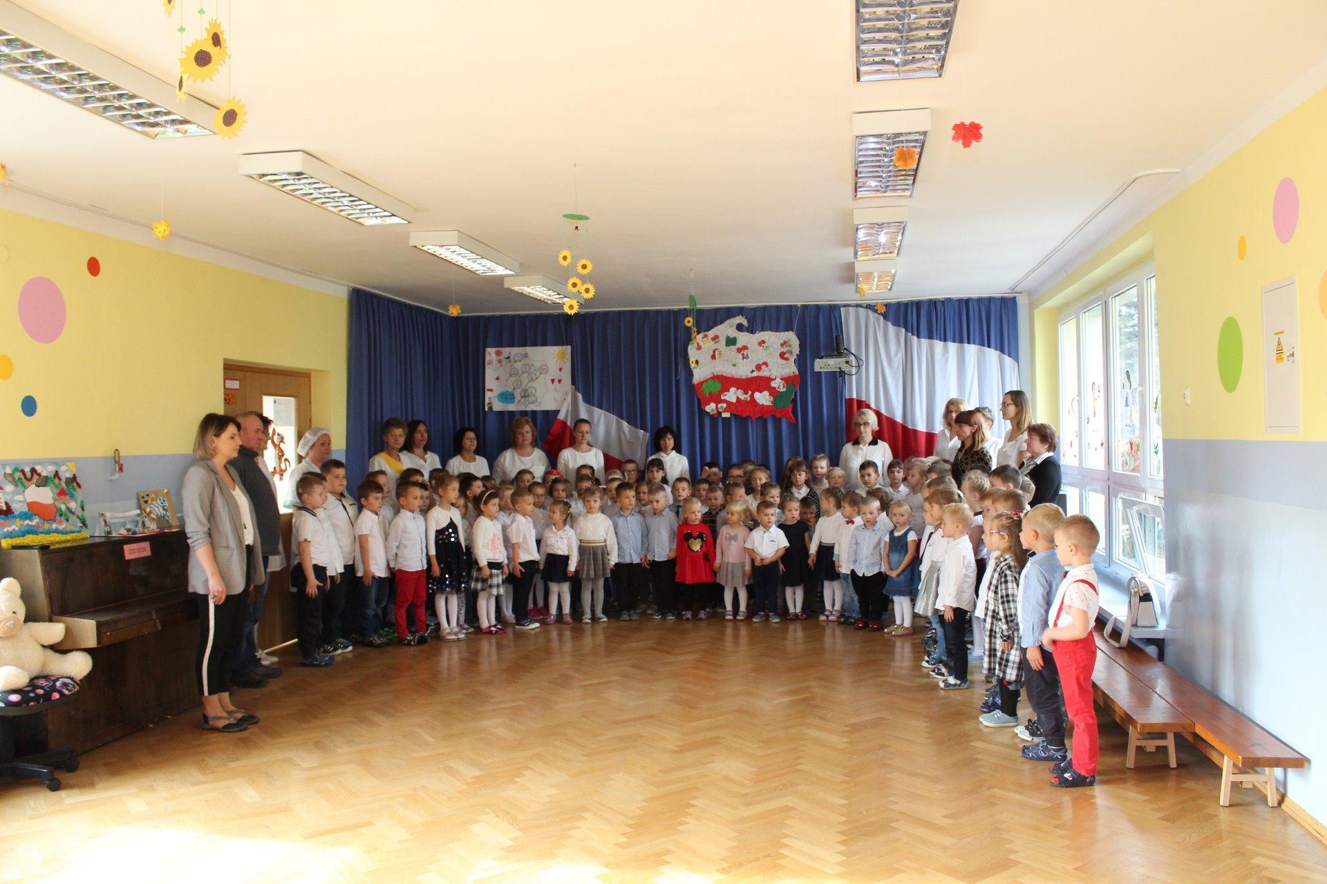 Wspólne śpiewanie hymnu państwowego