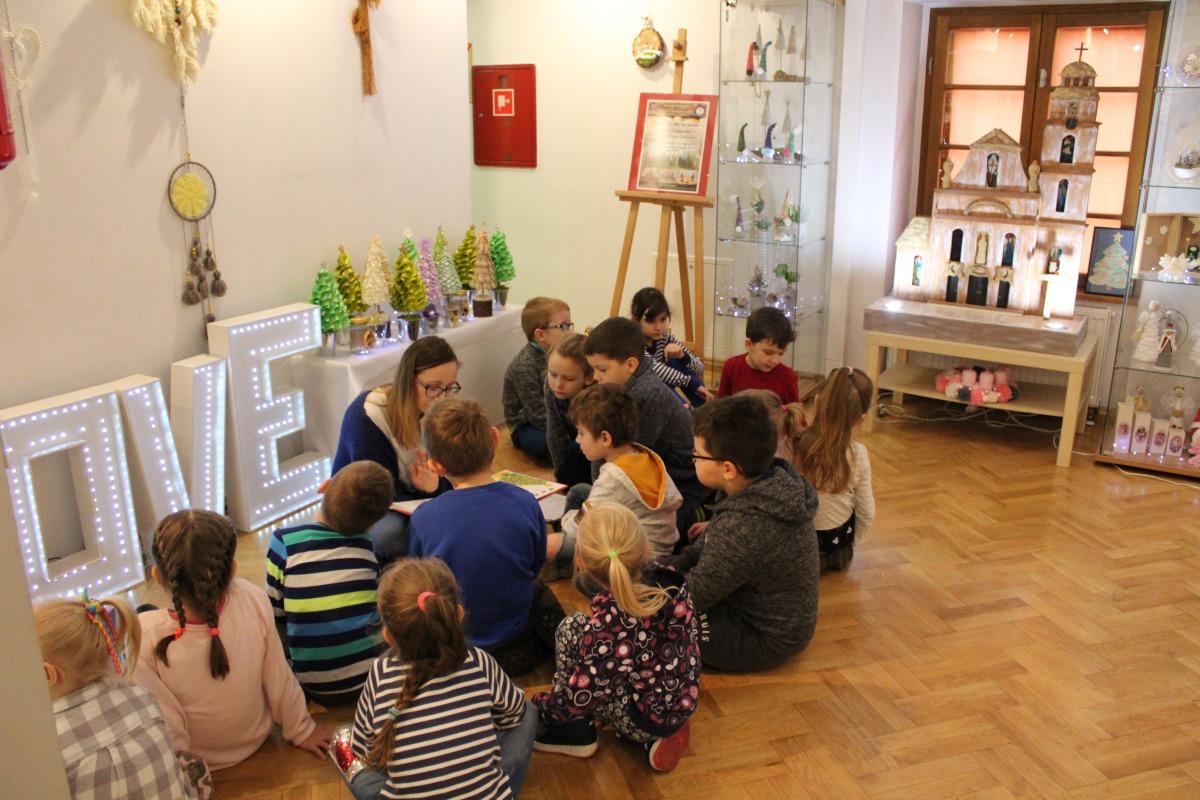 """Wyjście do muzeum na wystawę """"Oleskie Perełki na święta. Szopki betlejems"""
